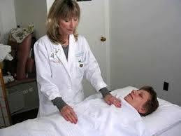 Krankenschwester Marilyn Veiga gibt Reiki in einem angesehenen privaten Krankenhaus in Manhattan