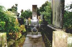 Grab der Familie Usui mit Gedenkstein (8)